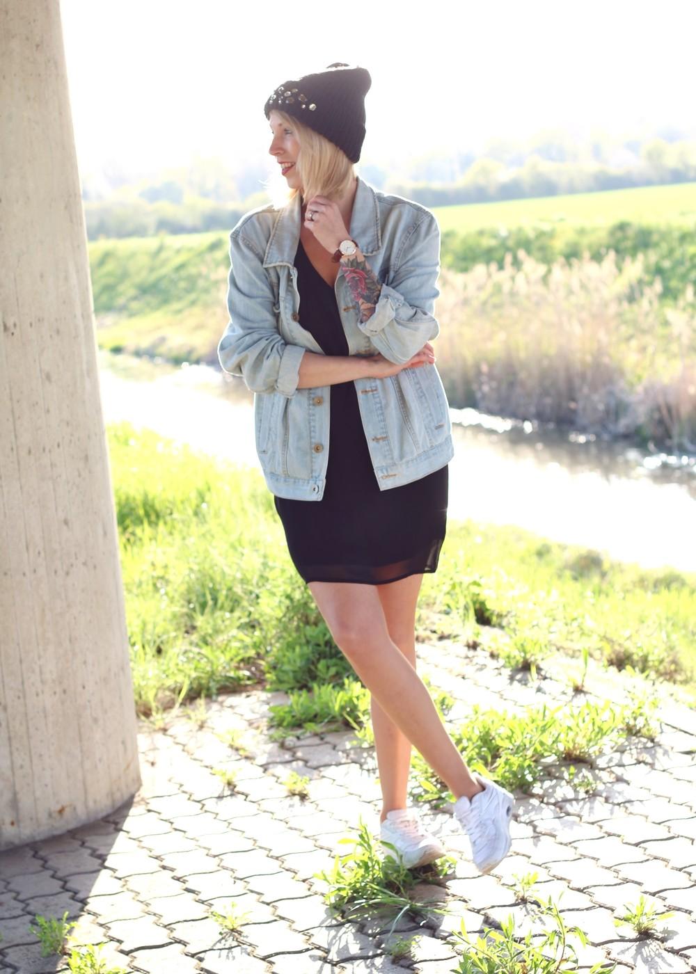 Fashionblogger Karlsruhe Outfit Jeansjacke Kleid Sneaker Beanie Daniel Wellington Dapper (2)