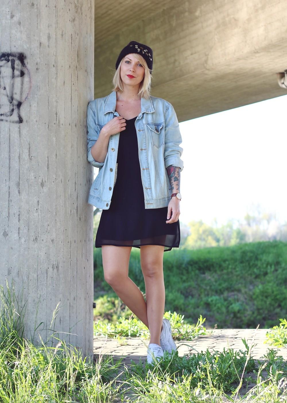 Fashionblogger Karlsruhe Outfit Jeansjacke Kleid Sneaker Beanie Daniel Wellington Dapper (4)