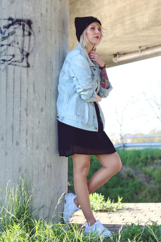 Fashionblogger Karlsruhe Outfit Jeansjacke Kleid Sneaker Beanie Daniel Wellington Dapper (5)