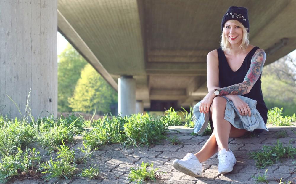 Fashionblogger Karlsruhe Outfit Jeansjacke Kleid Sneaker Beanie Daniel Wellington Dapper (7)