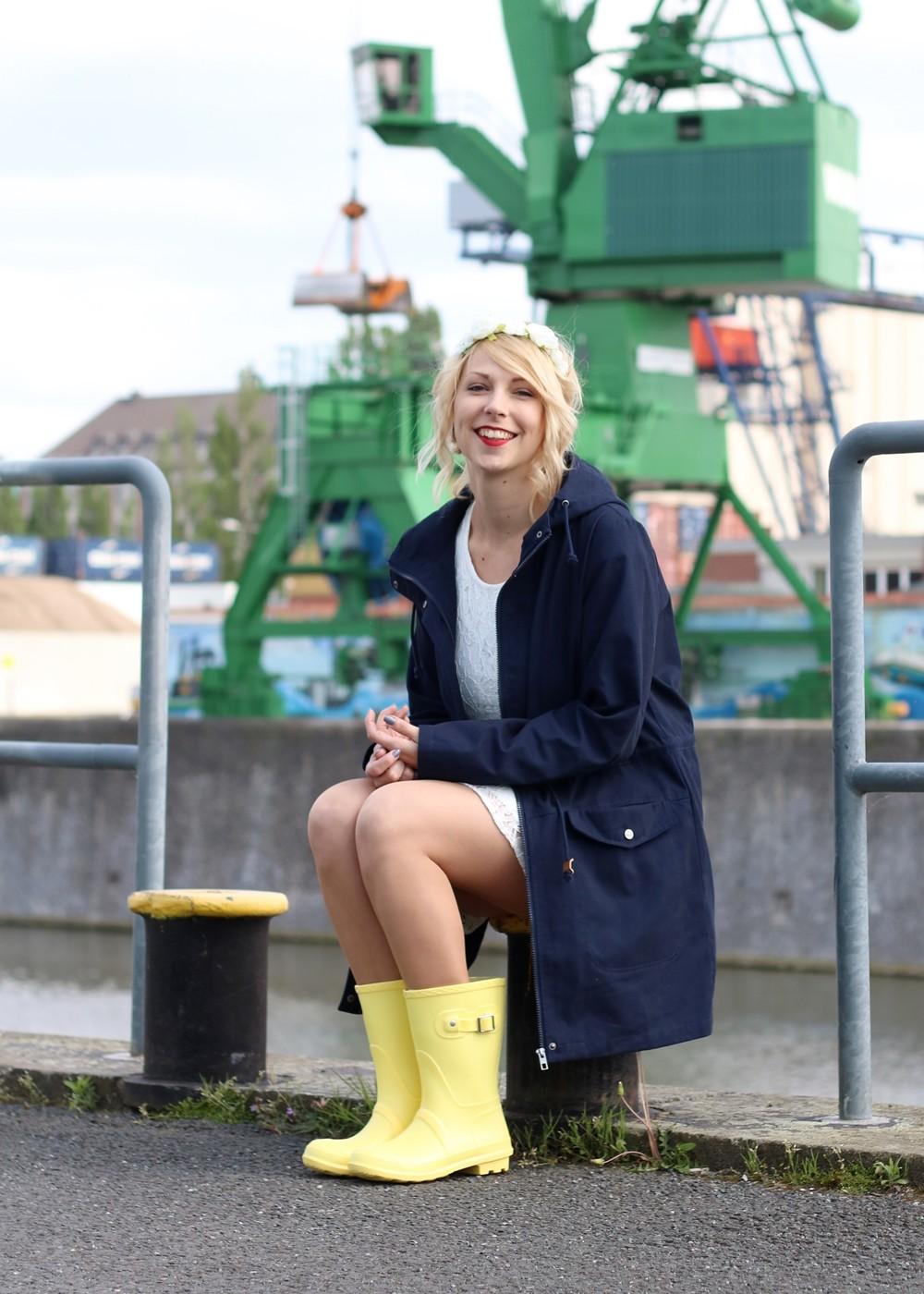 Fashionblogger Outfit Gummistiefel Asos Spitzenkleid blauer Parka Blumenhaarband (10)