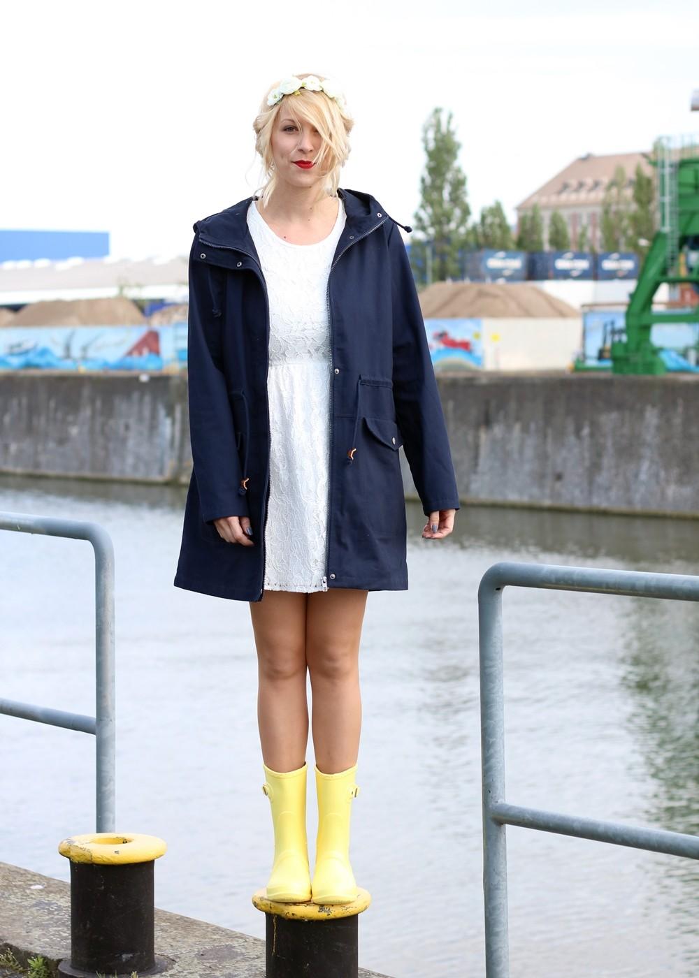 Fashionblogger Outfit Gummistiefel Asos Spitzenkleid blauer Parka Blumenhaarband (11)