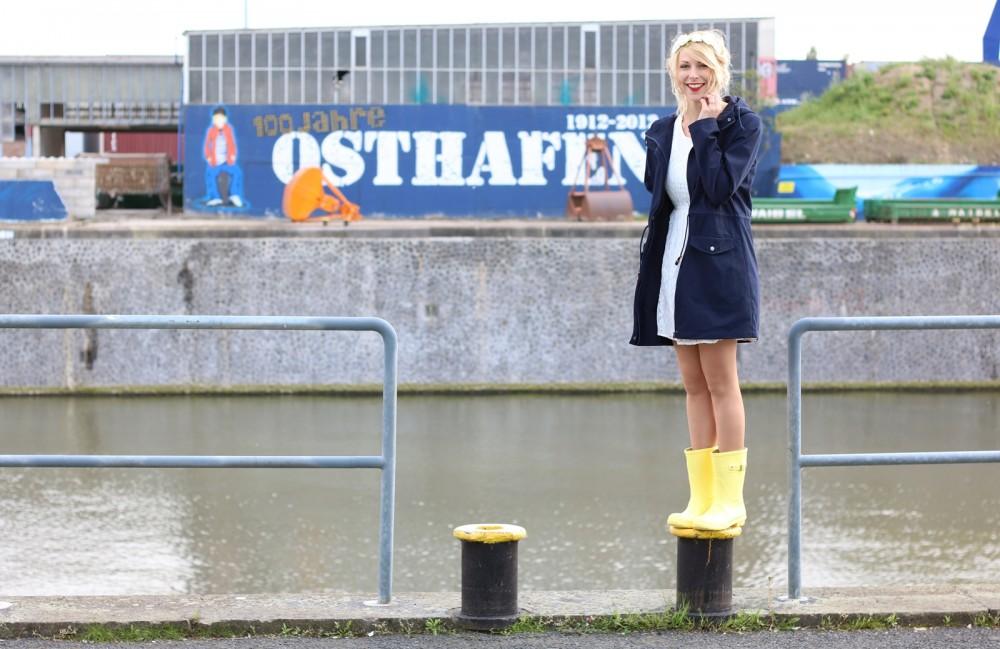 Fashionblogger Outfit Gummistiefel Asos Spitzenkleid blauer Parka Blumenhaarband (12)