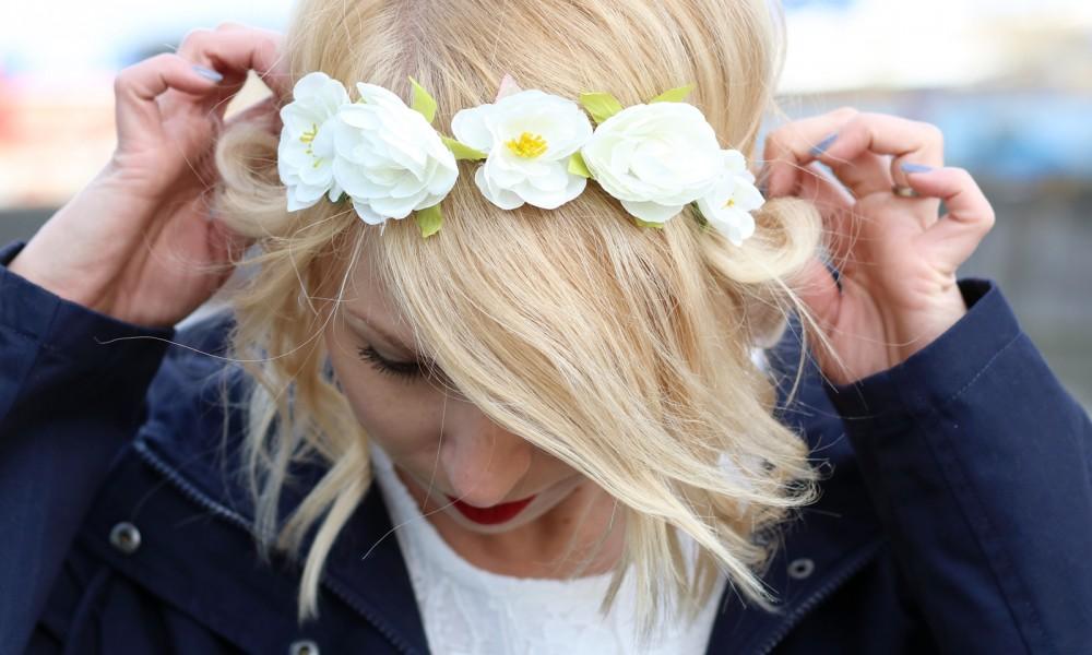 Fashionblogger Outfit Gummistiefel Asos Spitzenkleid blauer Parka Blumenhaarband (13)
