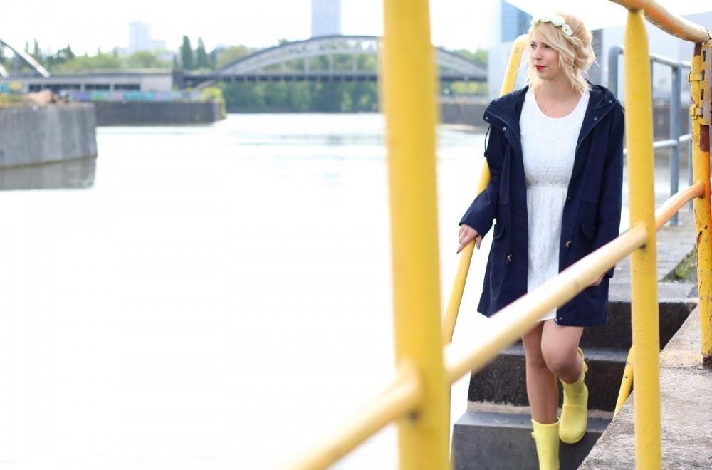 Fashionblogger Outfit Gummistiefel Asos Spitzenkleid blauer Parka Blumenhaarband (15)