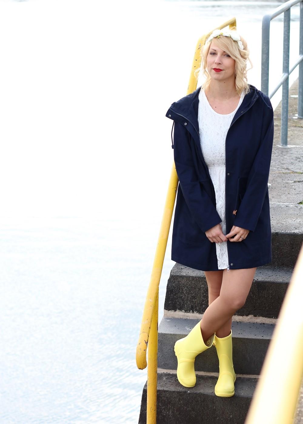 Fashionblogger Outfit Gummistiefel Asos Spitzenkleid blauer Parka Blumenhaarband (16)