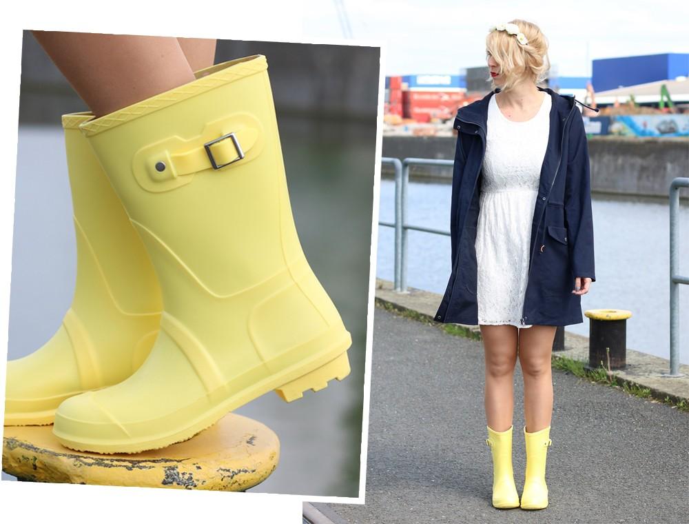 Fashionblogger Outfit Gummistiefel Asos Spitzenkleid blauer Parka Blumenhaarband (2)