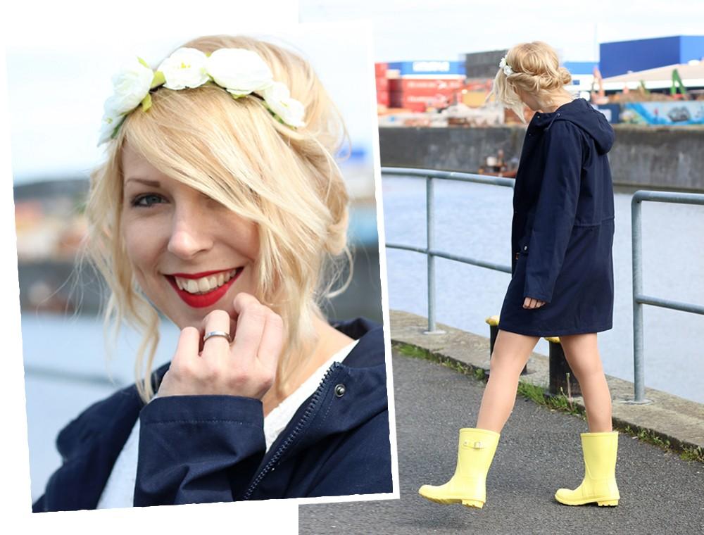 Fashionblogger Outfit Gummistiefel Asos Spitzenkleid blauer Parka Blumenhaarband (3)