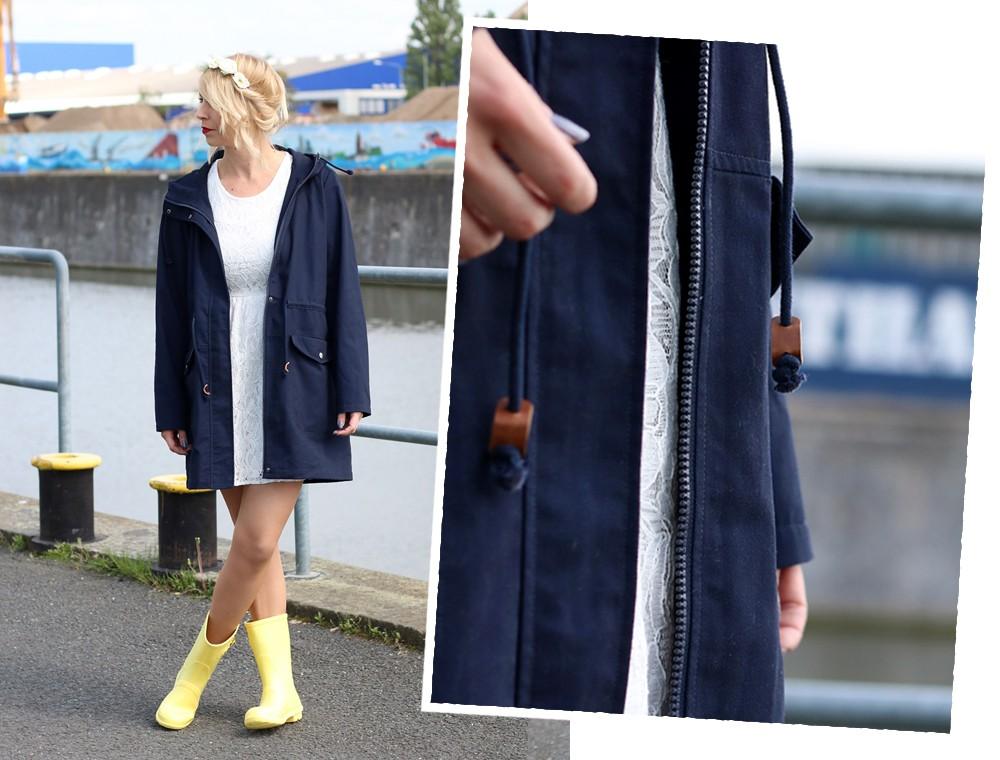 Fashionblogger Outfit Gummistiefel Asos Spitzenkleid blauer Parka Blumenhaarband (5)