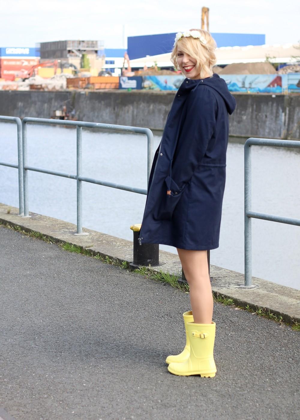 Fashionblogger Outfit Gummistiefel Asos Spitzenkleid blauer Parka Blumenhaarband (7)
