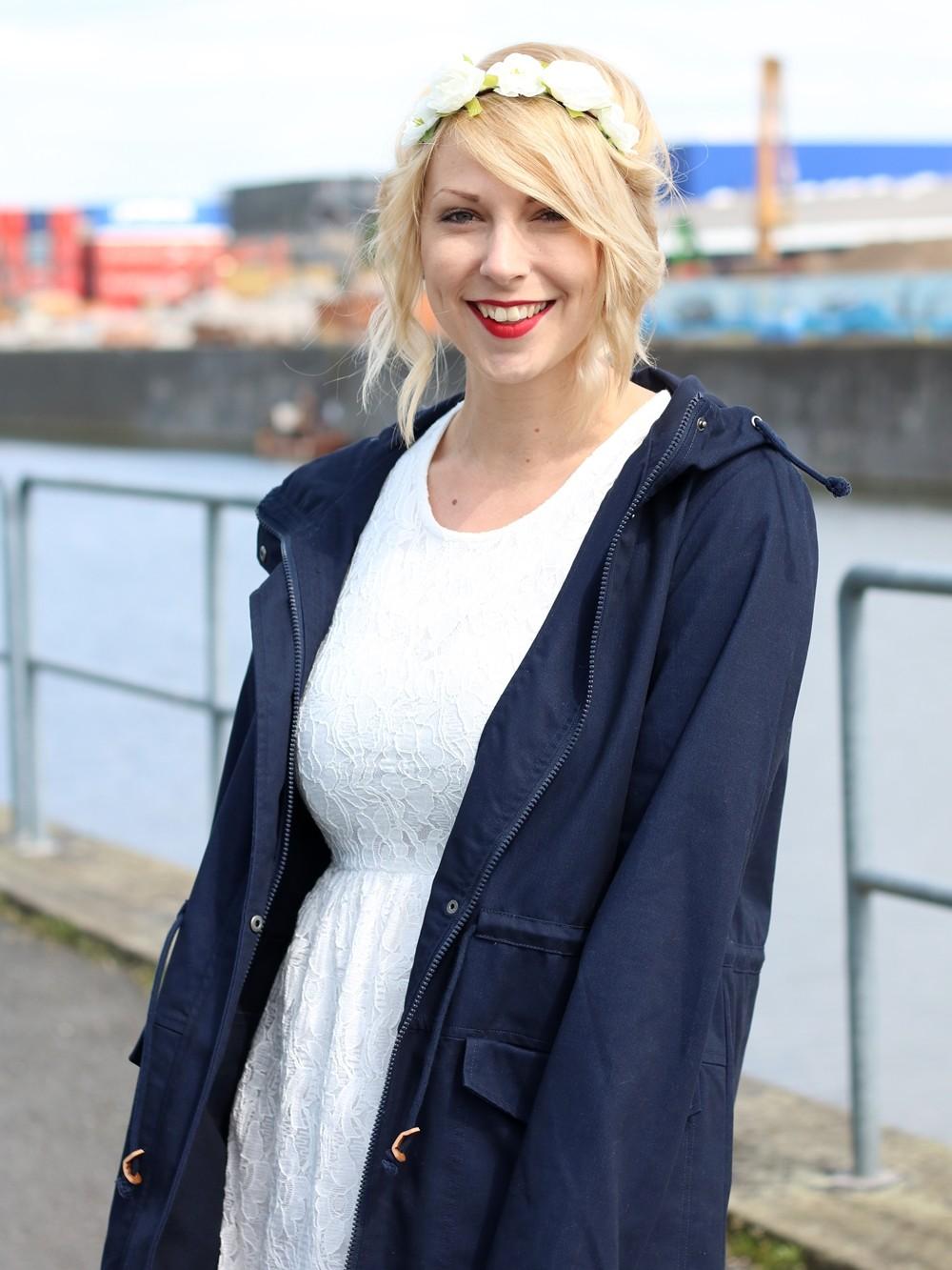 Fashionblogger Outfit Gummistiefel Asos Spitzenkleid blauer Parka Blumenhaarband (8)
