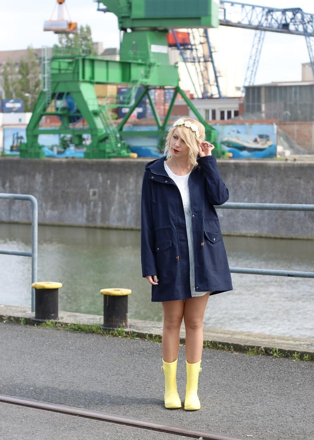 Fashionblogger Outfit Gummistiefel Asos Spitzenkleid blauer Parka Blumenhaarband (9)