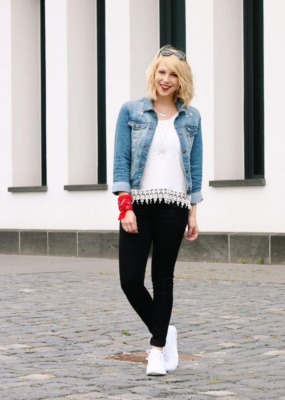 Fashinblogger Frankfurt Outfit Sneaker Jeansjacke Spitzentop (11)