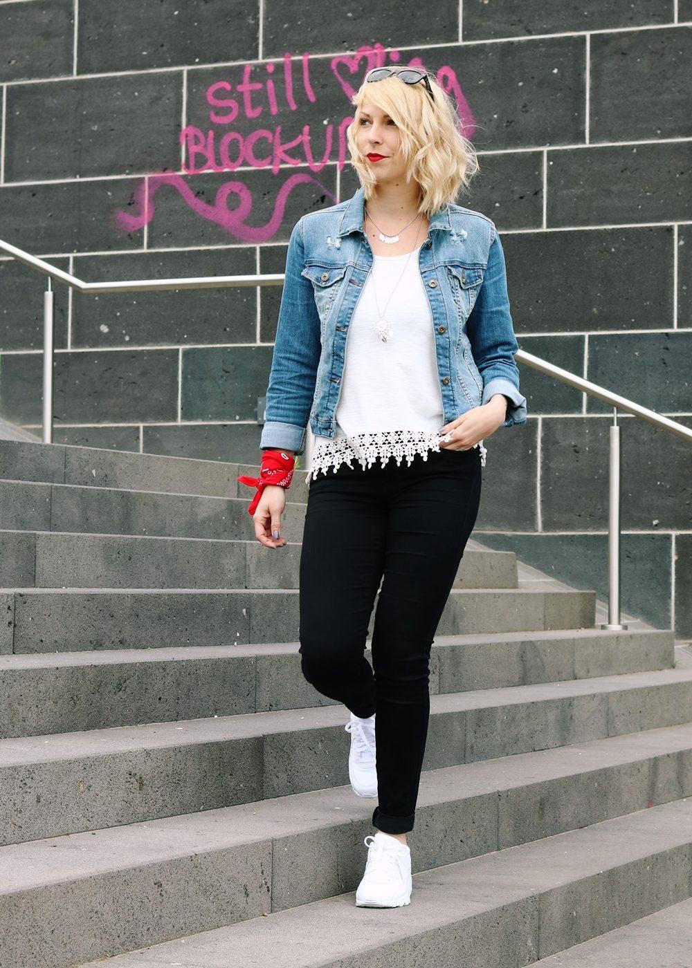 Fashinblogger Frankfurt Outfit Sneaker Jeansjacke Spitzentop (9)