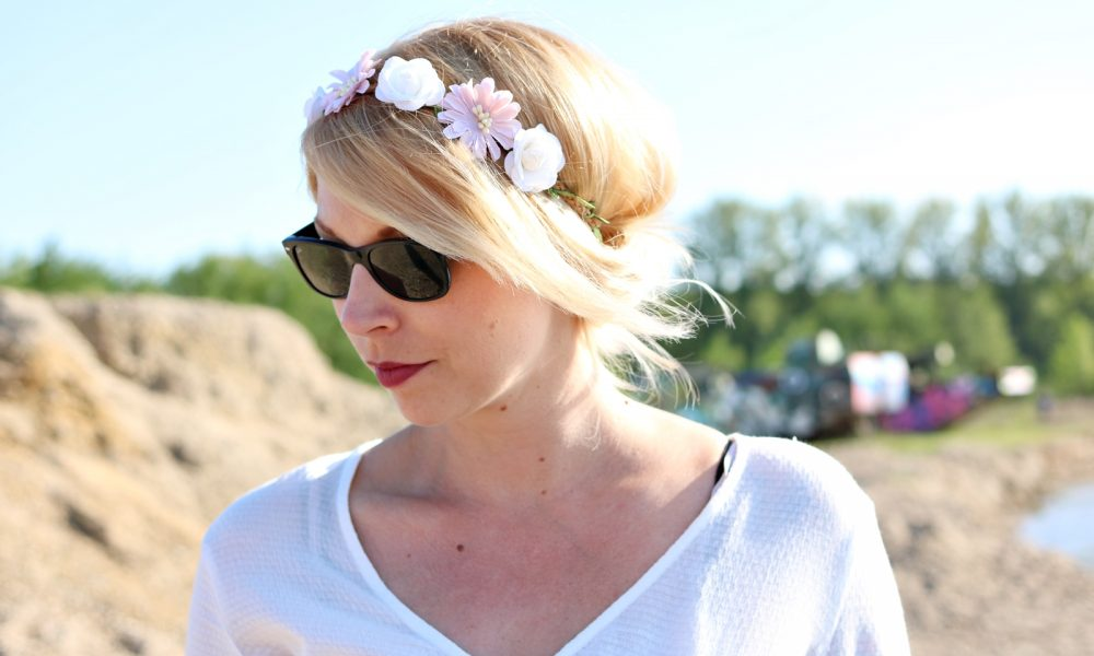 Fashionblogger Outfit Boho Jeansshorts Blumenkranz Hippiebluse Ray Ban (1)