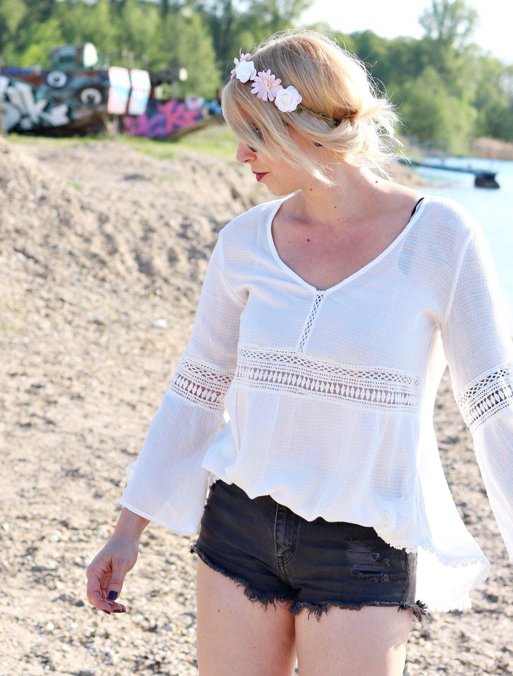 Fashionblogger Outfit Boho Jeansshorts Blumenkranz Hippiebluse Ray Ban (10)