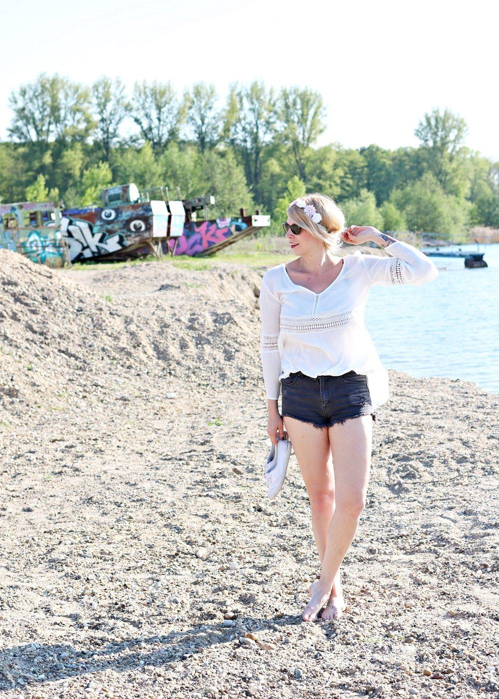 Fashionblogger Outfit Boho Jeansshorts Blumenkranz Hippiebluse Ray Ban (4)