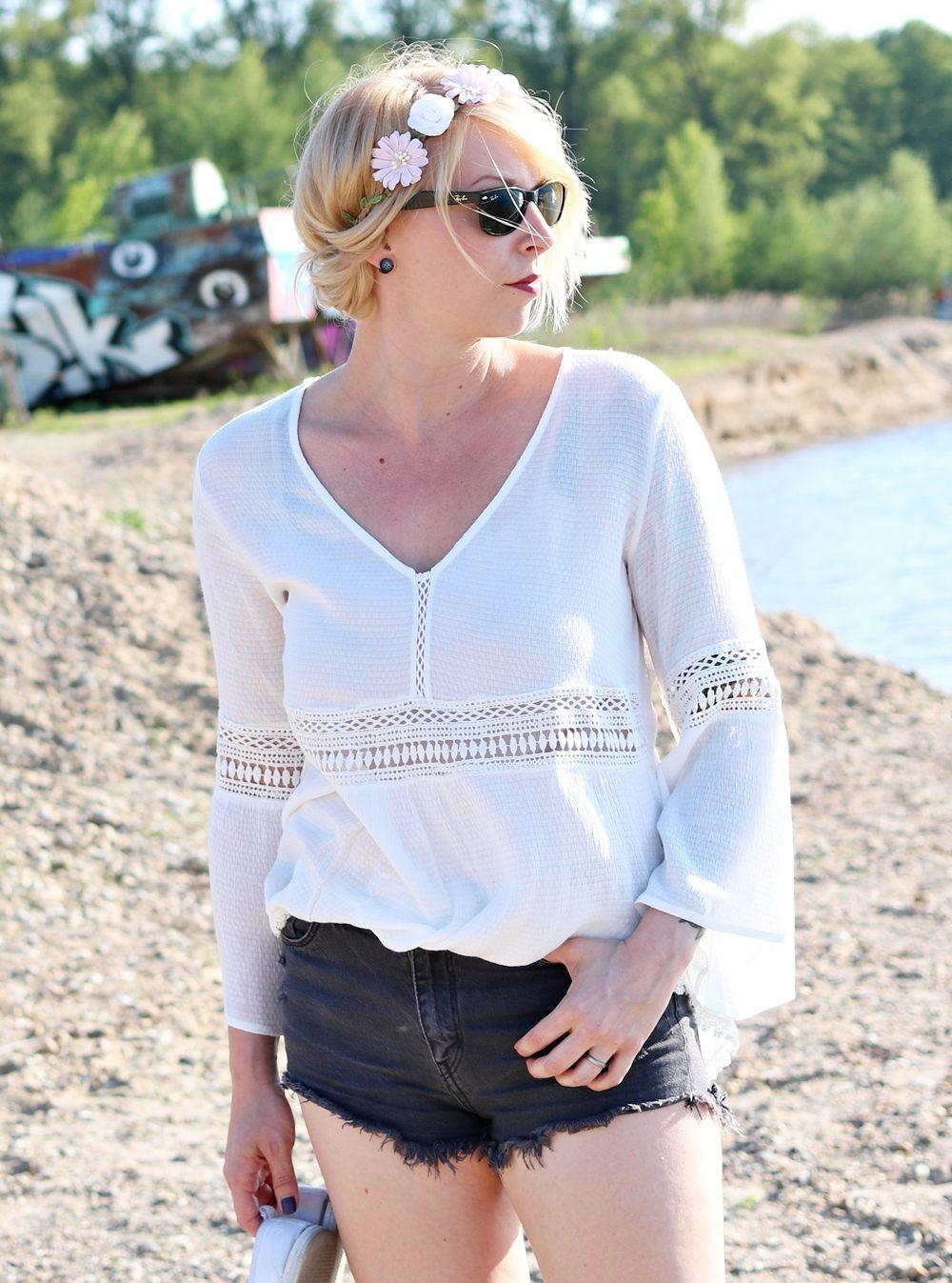 Fashionblogger Outfit Boho Jeansshorts Blumenkranz Hippiebluse Ray Ban (5)