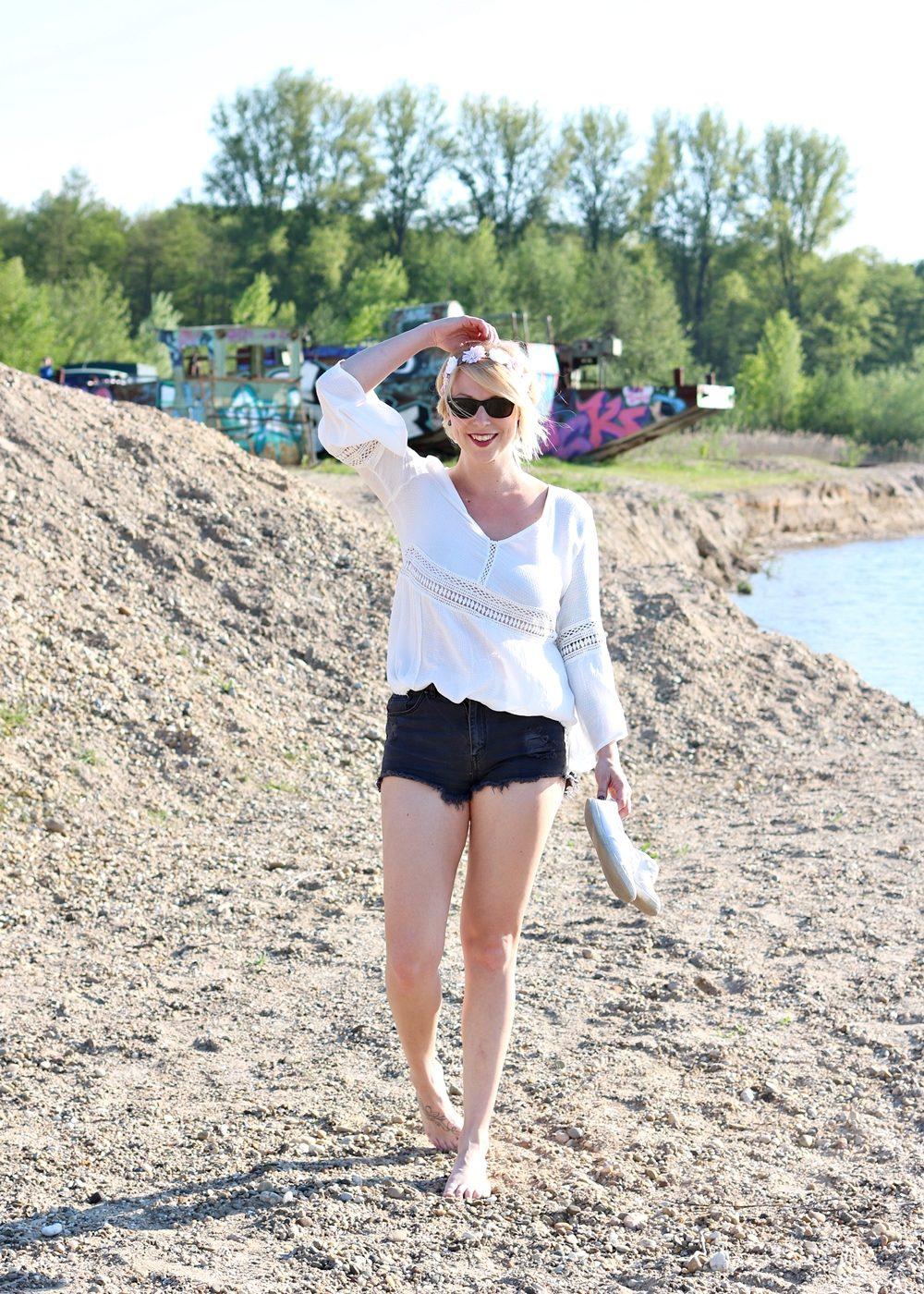 Fashionblogger Outfit Boho Jeansshorts Blumenkranz Hippiebluse Ray Ban (7)