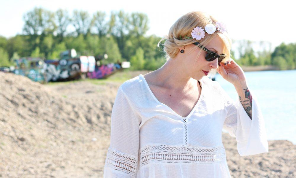 Fashionblogger Outfit Boho Jeansshorts Blumenkranz Hippiebluse Ray Ban (9)