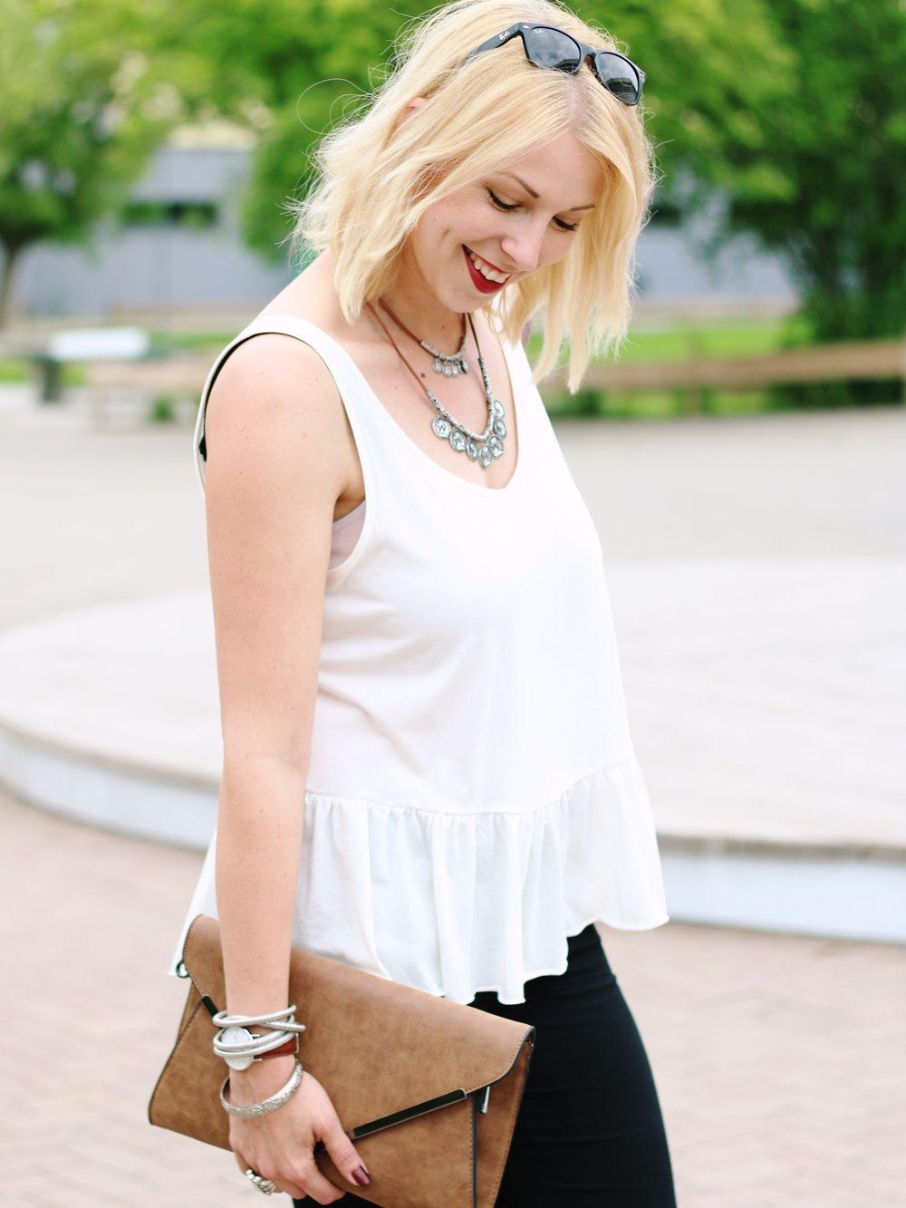 Fashionblogger Outfit Clutch Jeans Schösschentop (10)
