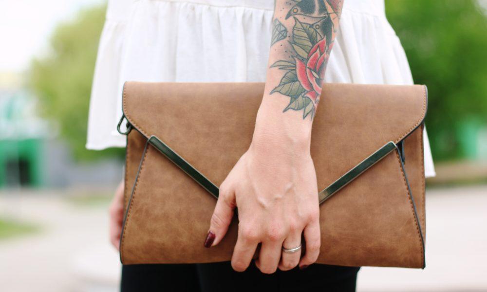 Fashionblogger Outfit Clutch Jeans Schösschentop (11)