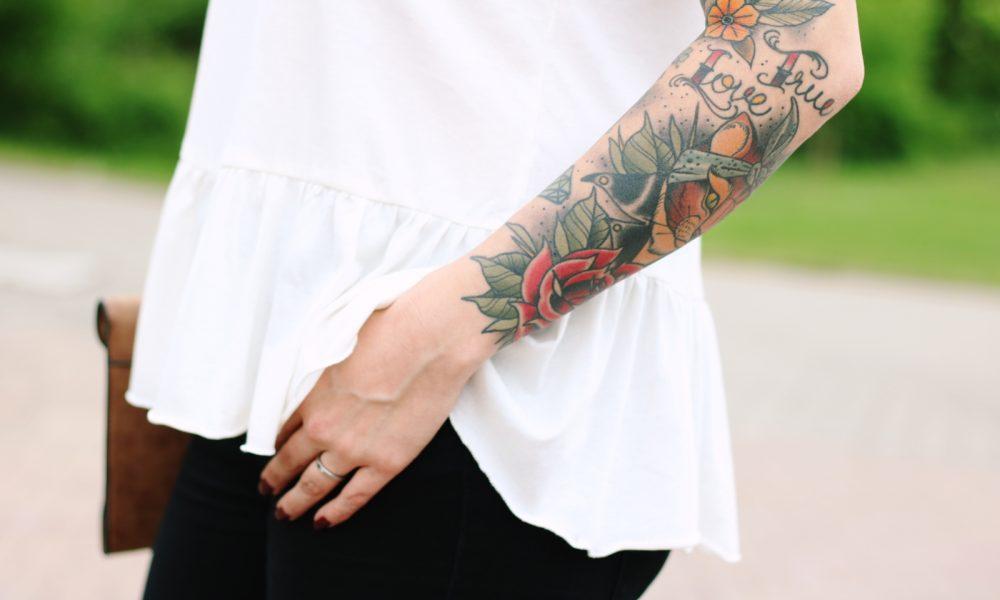 Fashionblogger Outfit Clutch Jeans Schösschentop (13)