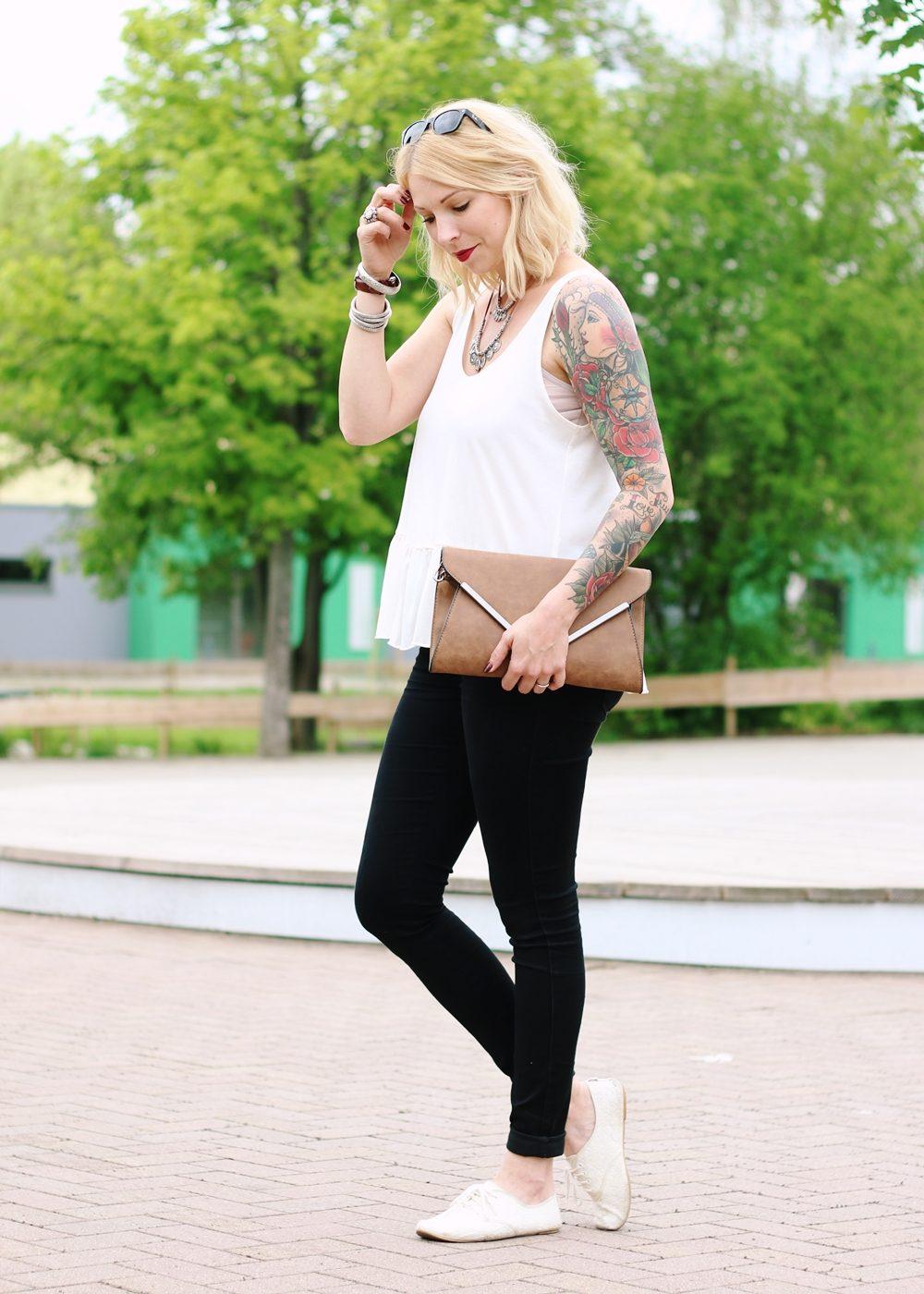 Fashionblogger Outfit Clutch Jeans Schösschentop (6)