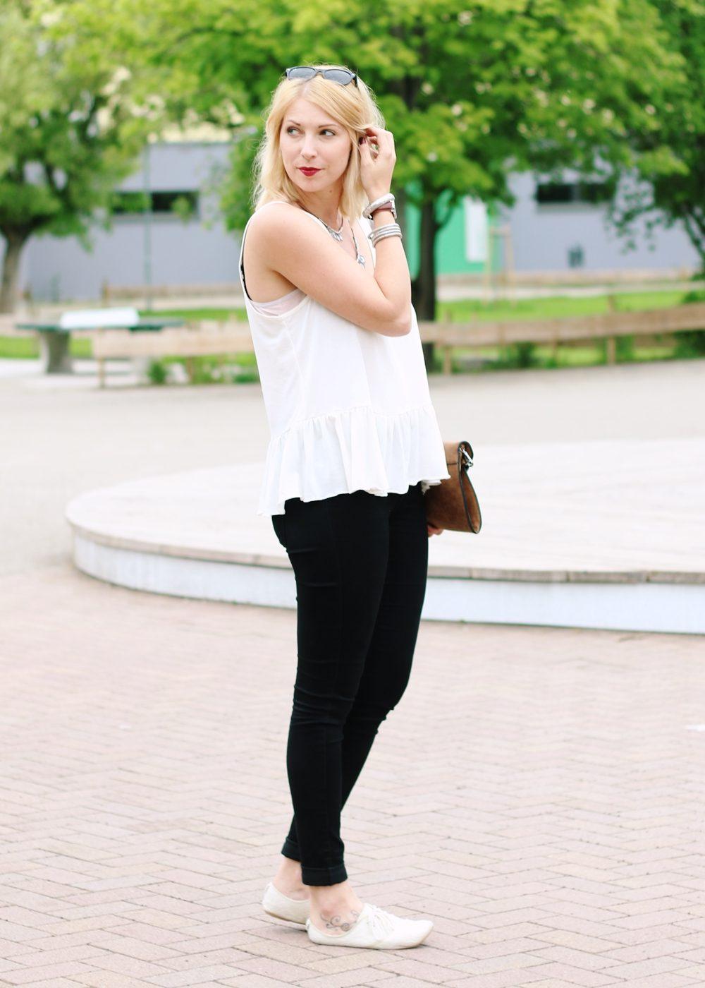 Fashionblogger Outfit Clutch Jeans Schösschentop (7)