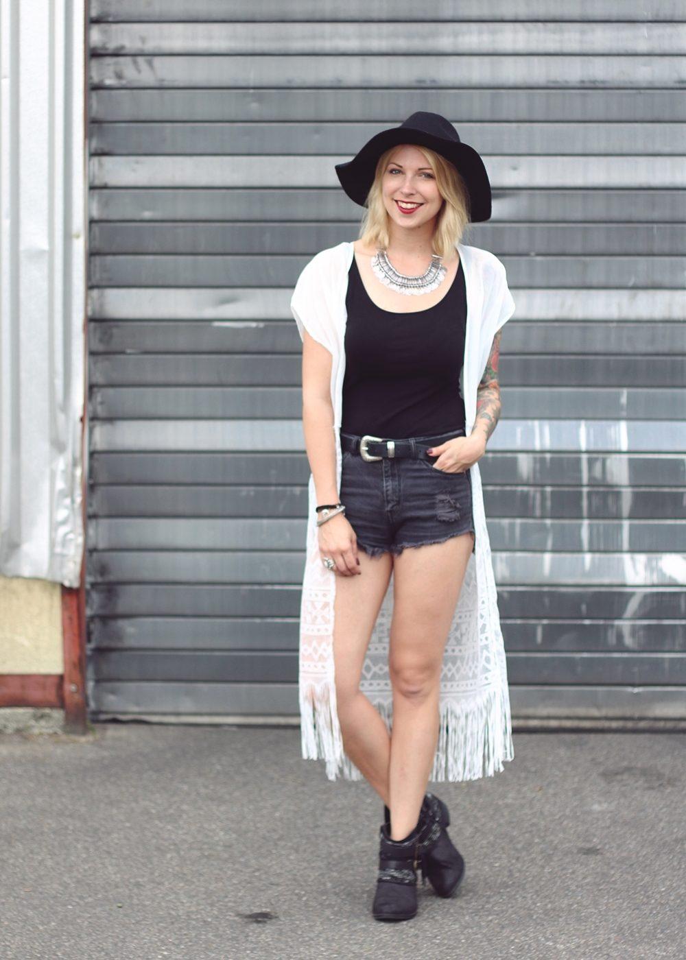Fashionblogger Outfit Festival Kimono Boots High Waist Shorts Hut Schwarz Weiss (2)