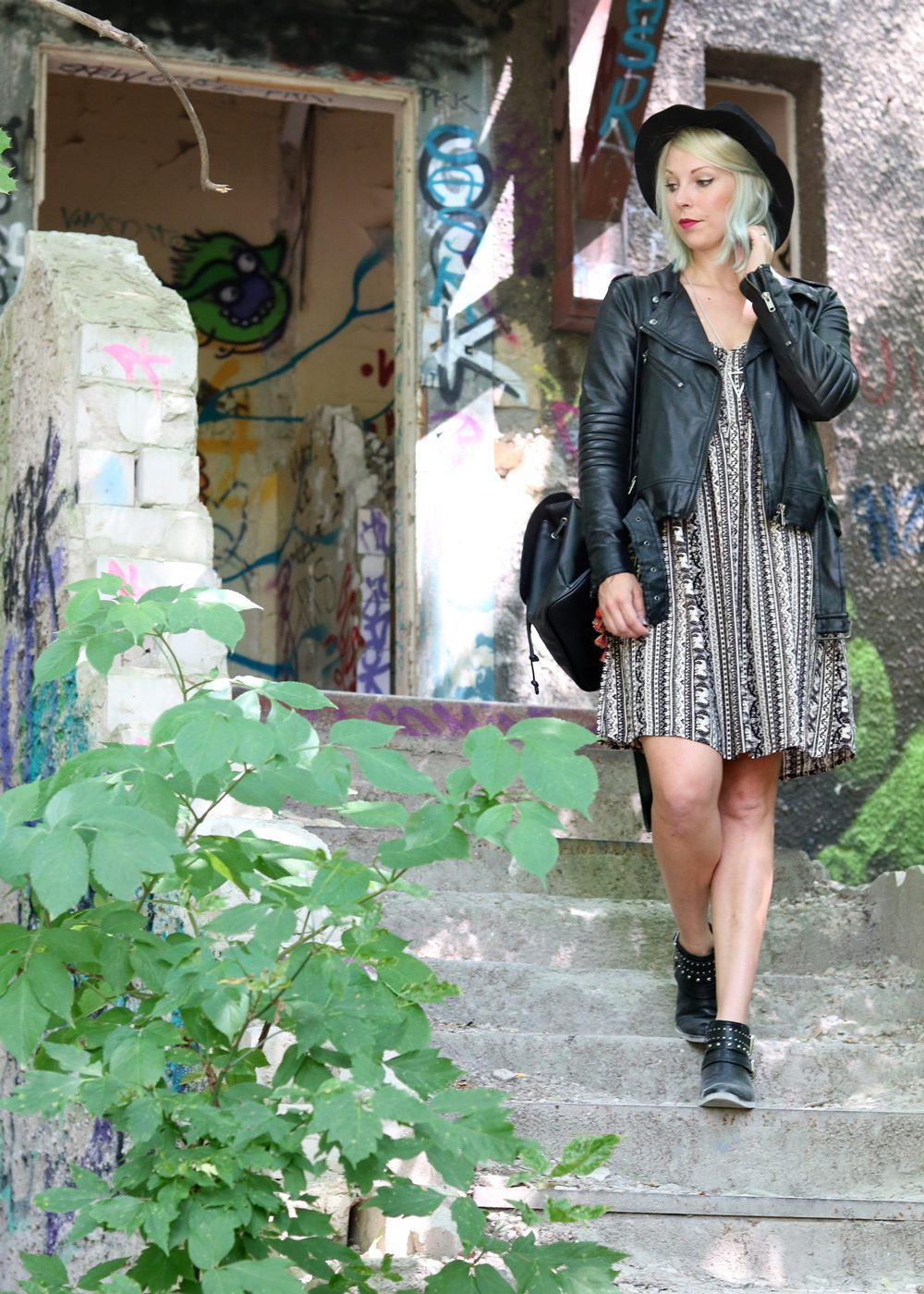 Fashinblogger Outfit Lost Places Berlin Lederjacke Ethnokleid Bikerboots Hut (14)
