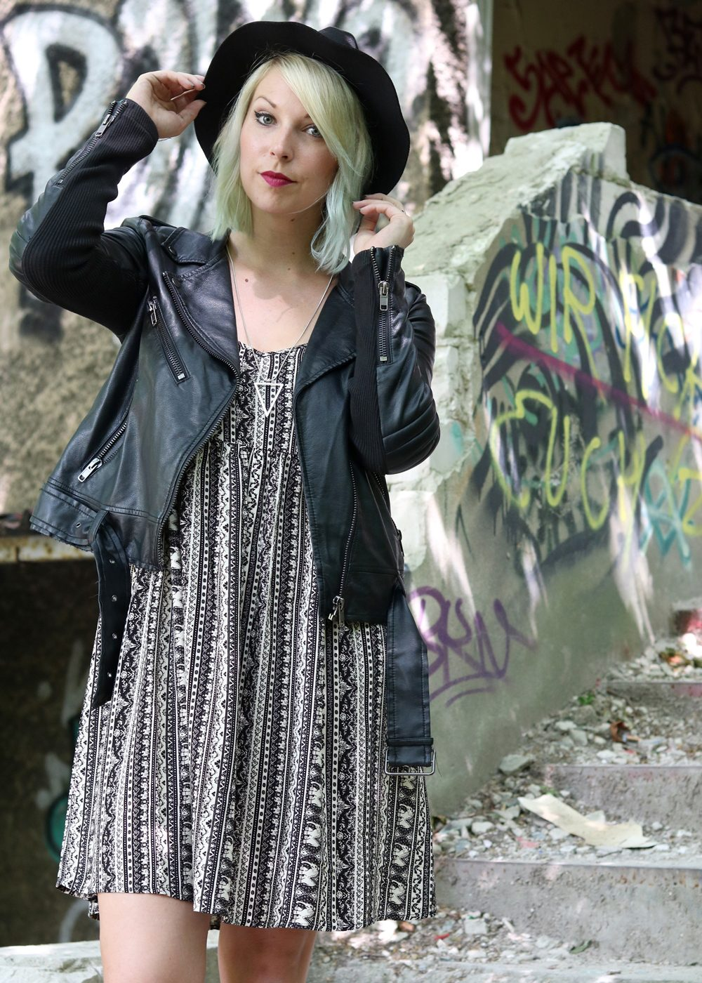 Fashinblogger Outfit Lost Places Berlin Lederjacke Ethnokleid Bikerboots Hut (16)