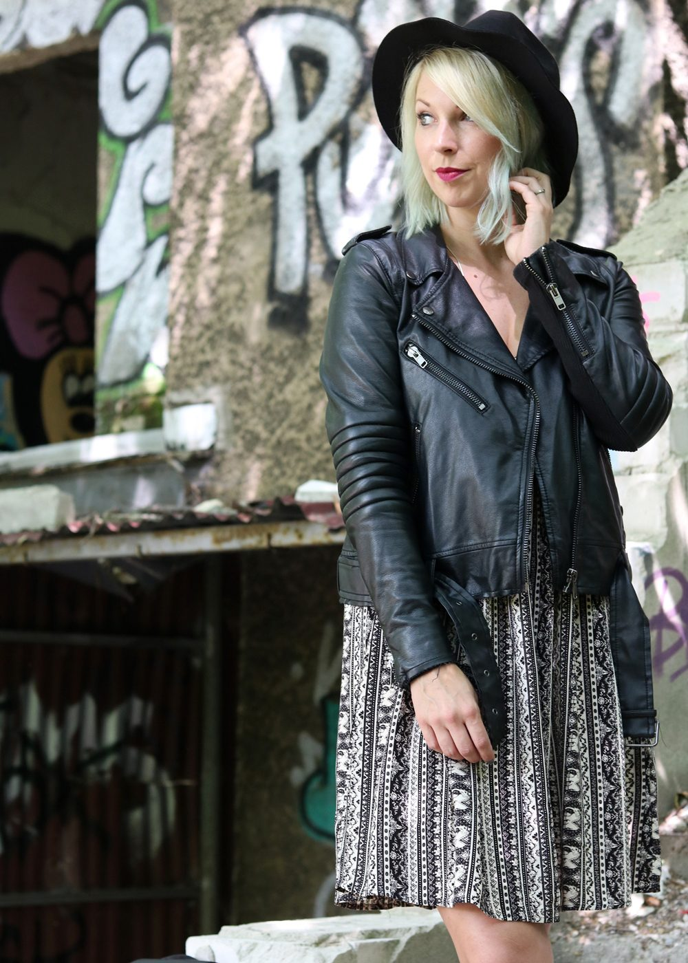 Fashinblogger Outfit Lost Places Berlin Lederjacke Ethnokleid Bikerboots Hut (17)