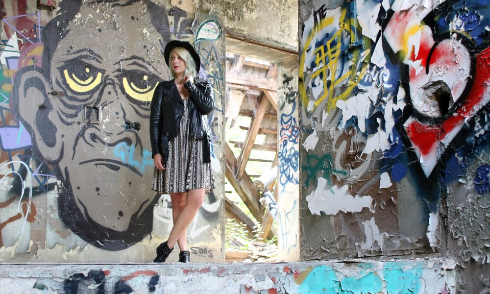 Fashinblogger Outfit Lost Places Berlin Lederjacke Ethnokleid Bikerboots Hut (2)