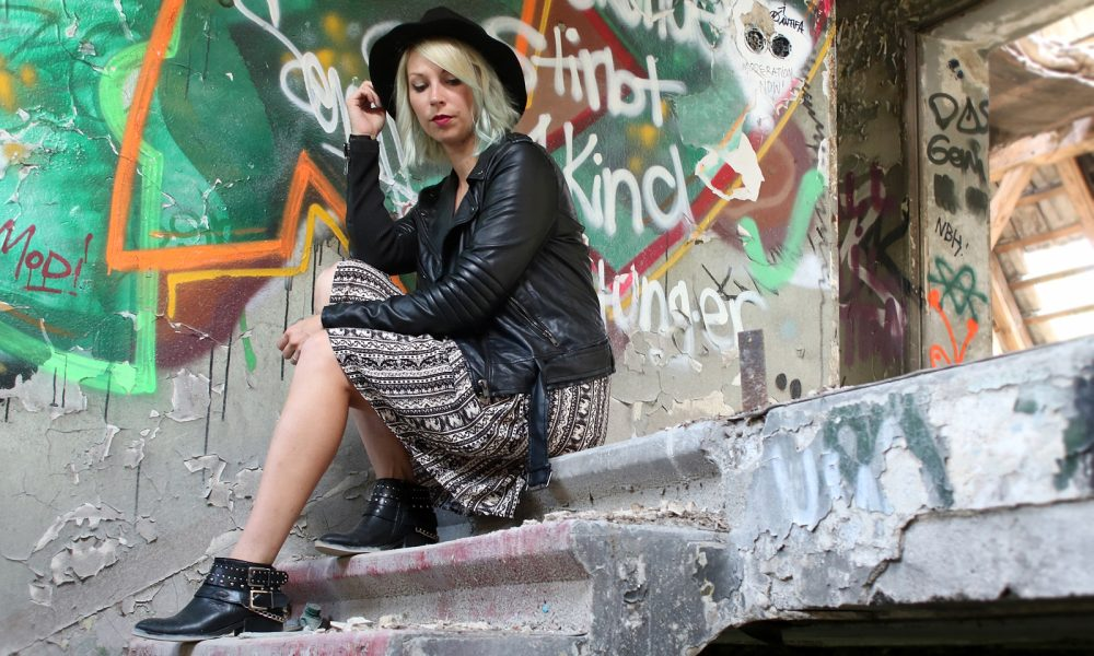 Fashinblogger Outfit Lost Places Berlin Lederjacke Ethnokleid Bikerboots Hut (5)