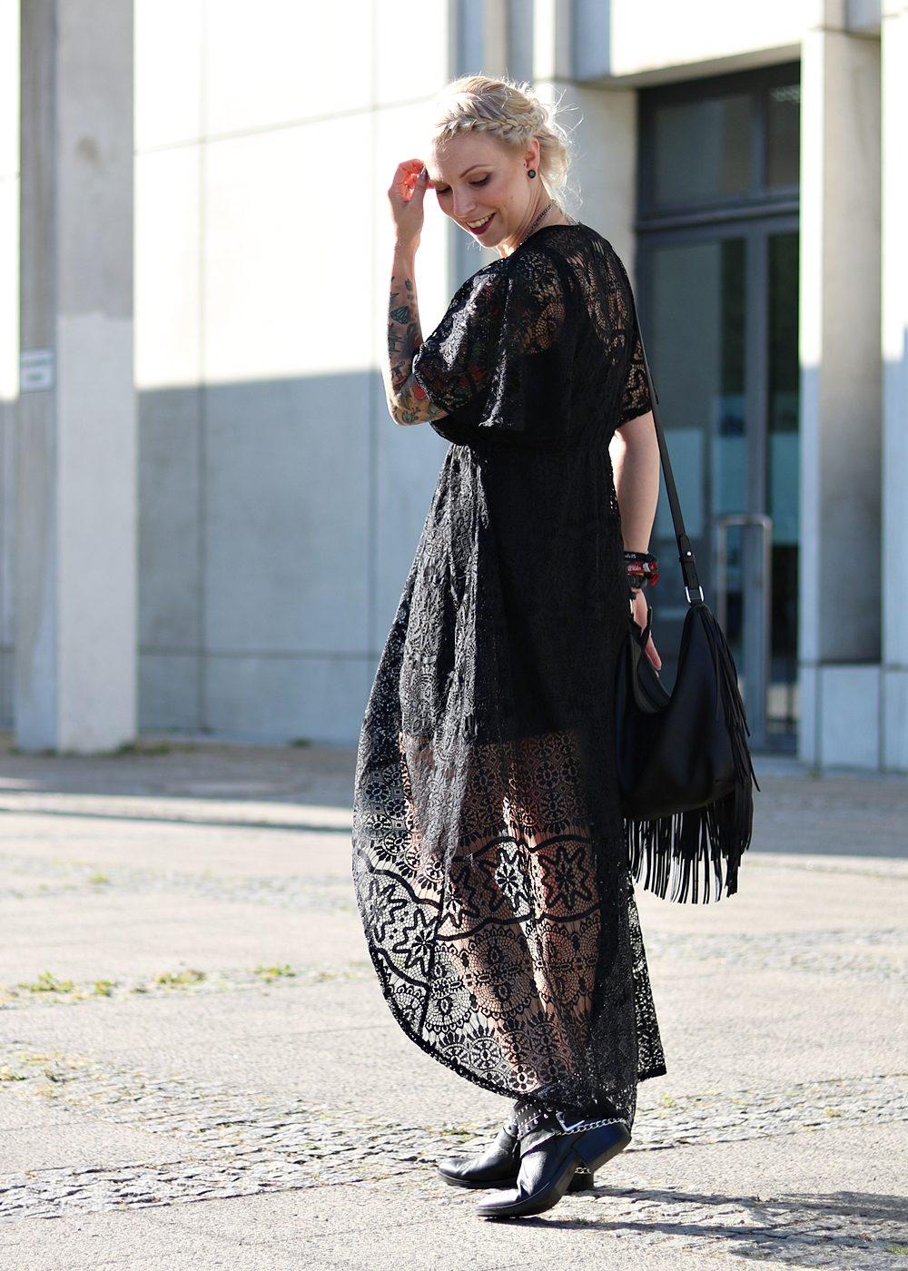Fashionblogger Outfit Spitzenkleid schwarz Fransentasche Bikerboots Berlin (1)