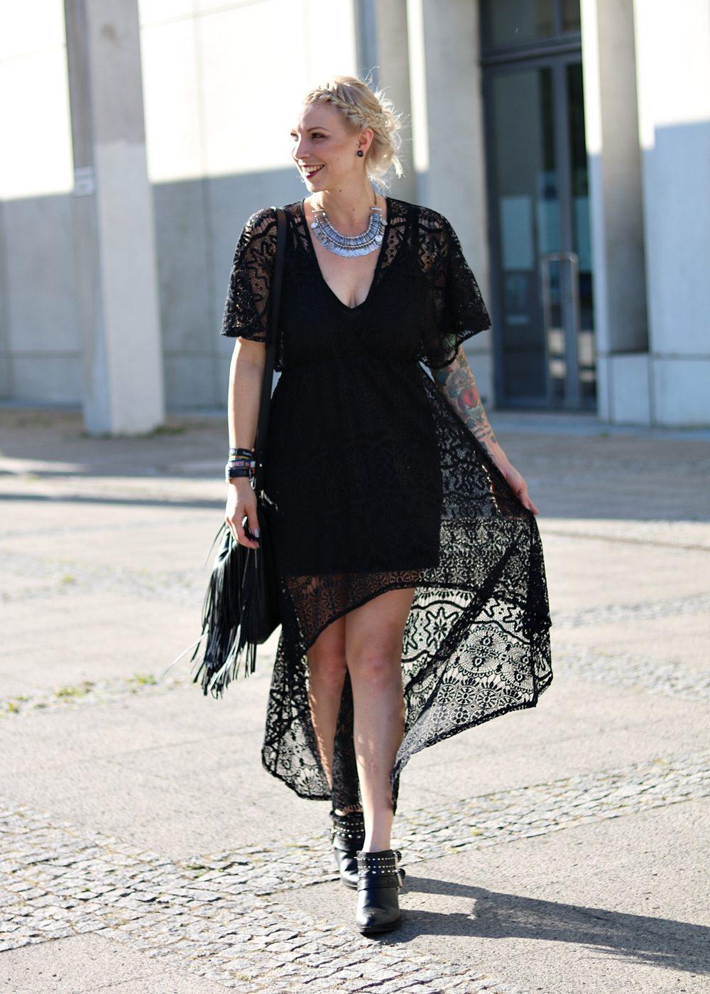 Fashionblogger Outfit Spitzenkleid schwarz Fransentasche Bikerboots Berlin (11)