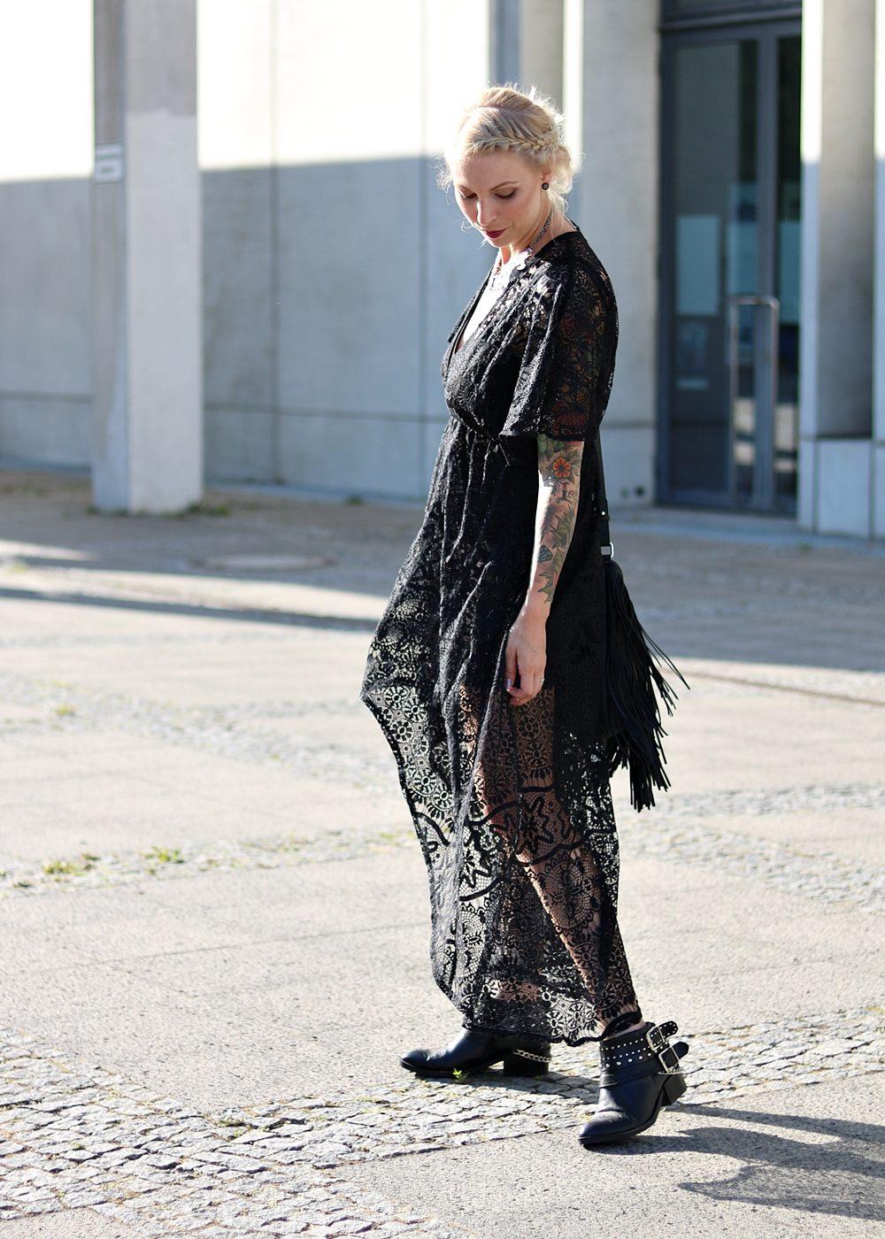 Fashionblogger Outfit Spitzenkleid schwarz Fransentasche Bikerboots Berlin (12)