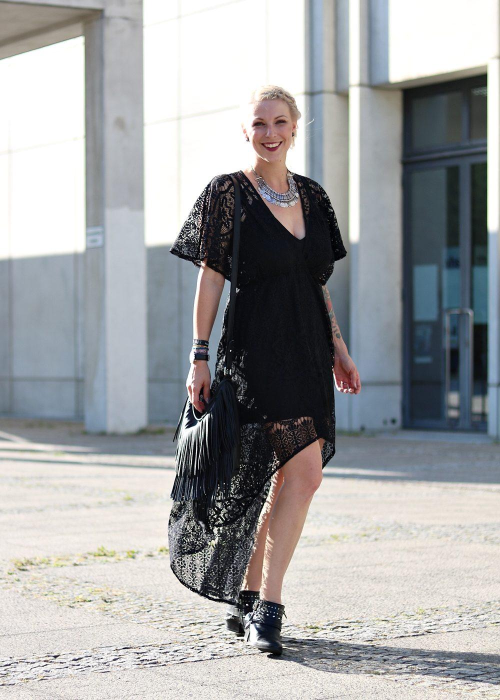 Fashionblogger Outfit Spitzenkleid schwarz Fransentasche Bikerboots Berlin (13)