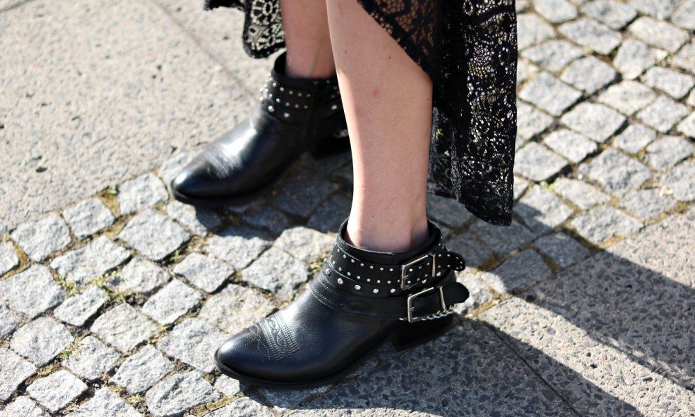 Fashionblogger Outfit Spitzenkleid schwarz Fransentasche Bikerboots Berlin (3)