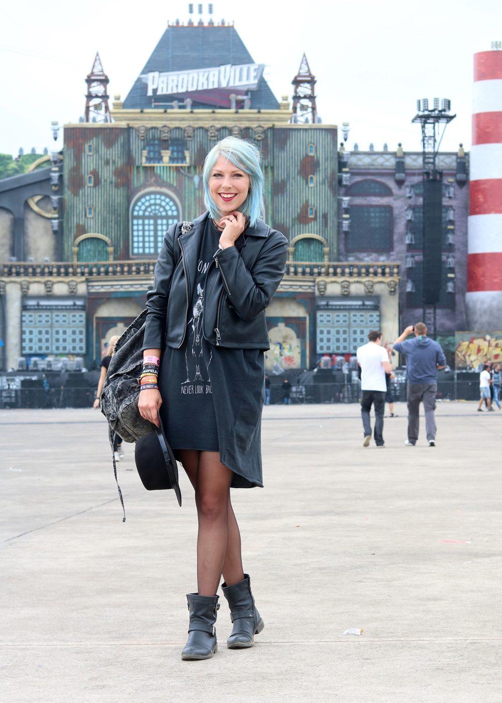 Festivaloutfit Parookaville Bikerlook Hut blaue Haare Fashionblogger (4)
