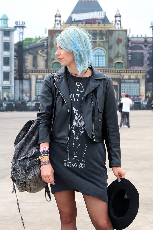 Festivaloutfit Parookaville Bikerlook Hut blaue Haare Fashionblogger (5)