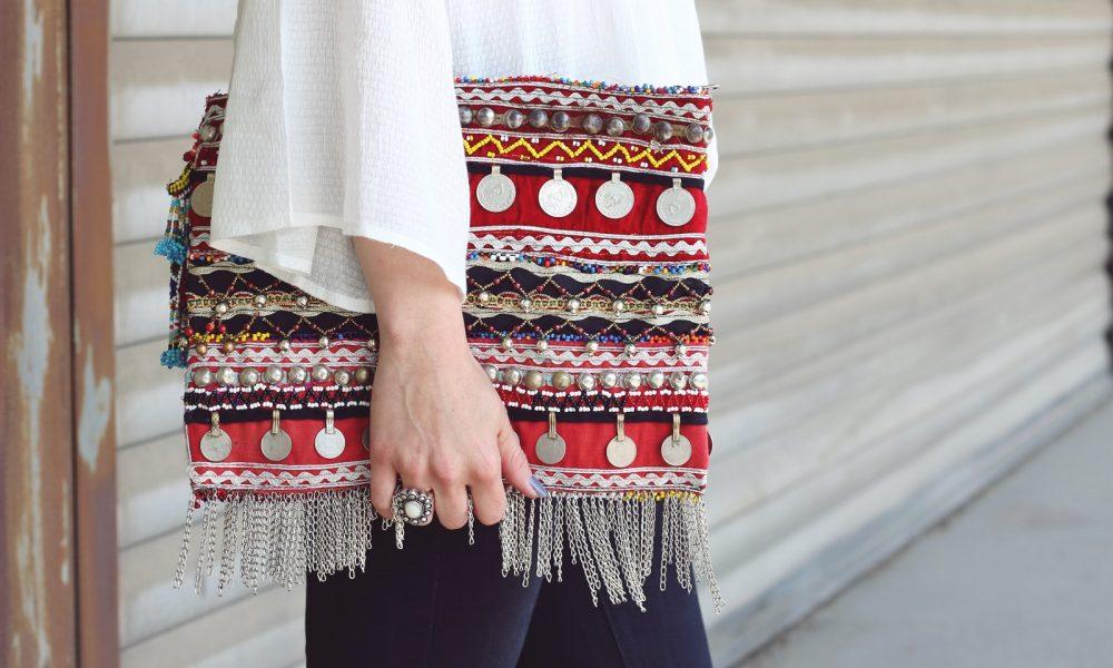 Fashionblogger Boholook Outfit Schlagjeans Bluse Trompetenärmel Schlapphut Ethnoclutch (16)