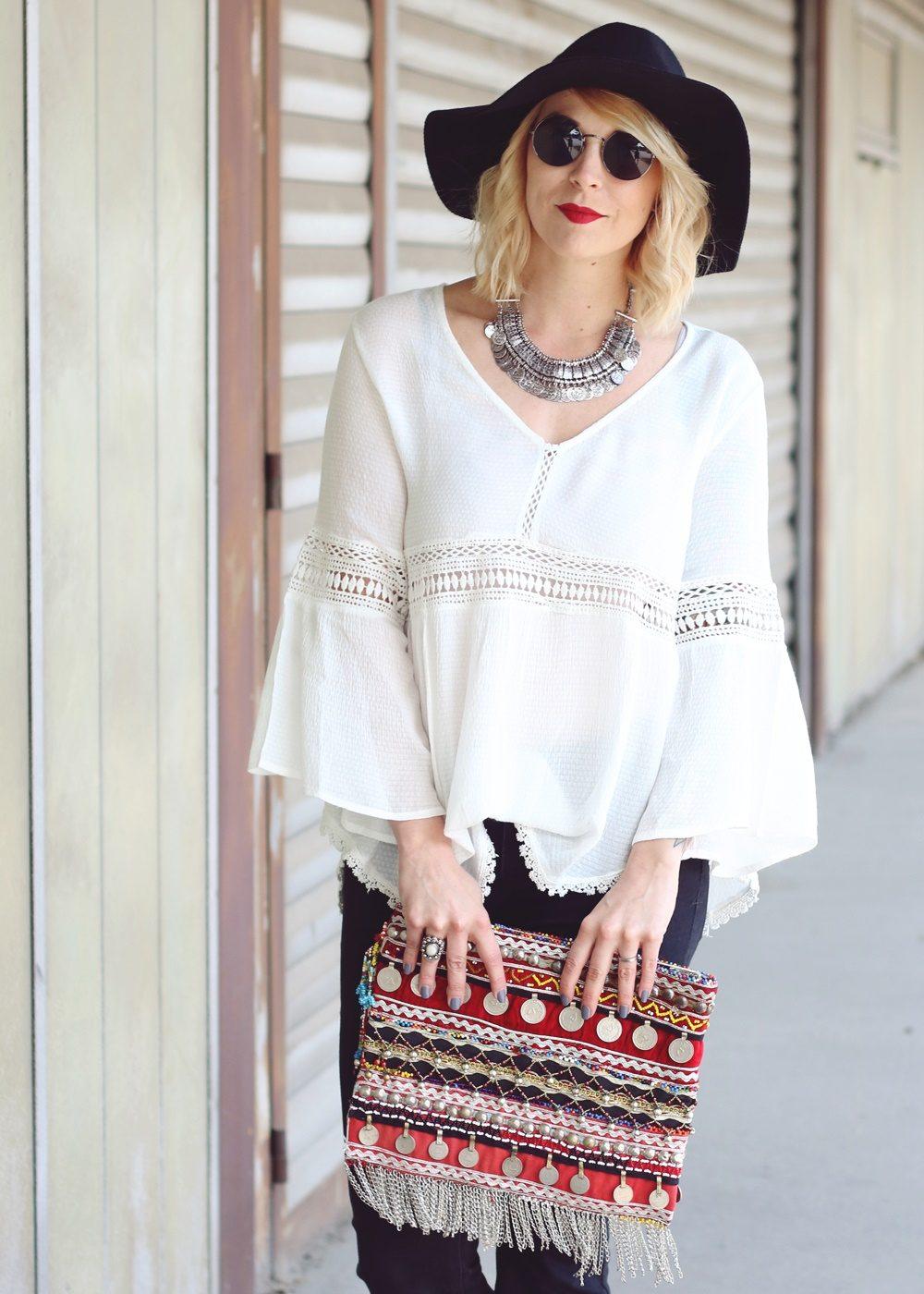 Fashionblogger Boholook Outfit Schlagjeans Bluse Trompetenärmel Schlapphut Ethnoclutch (19)