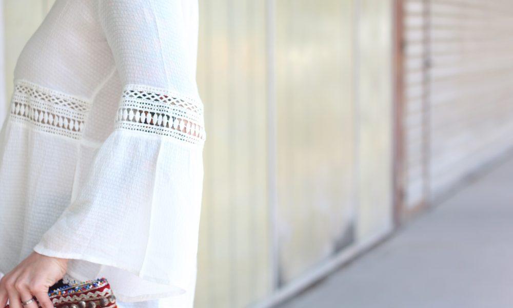 Fashionblogger Boholook Outfit Schlagjeans Bluse Trompetenärmel Schlapphut Ethnoclutch (20)