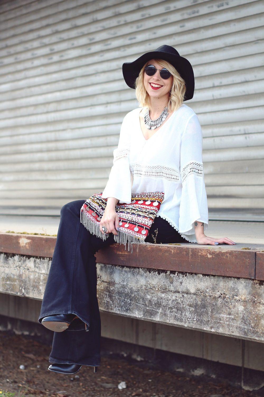 Fashionblogger Boholook Outfit Schlagjeans Bluse Trompetenärmel Schlapphut Ethnoclutch (23)