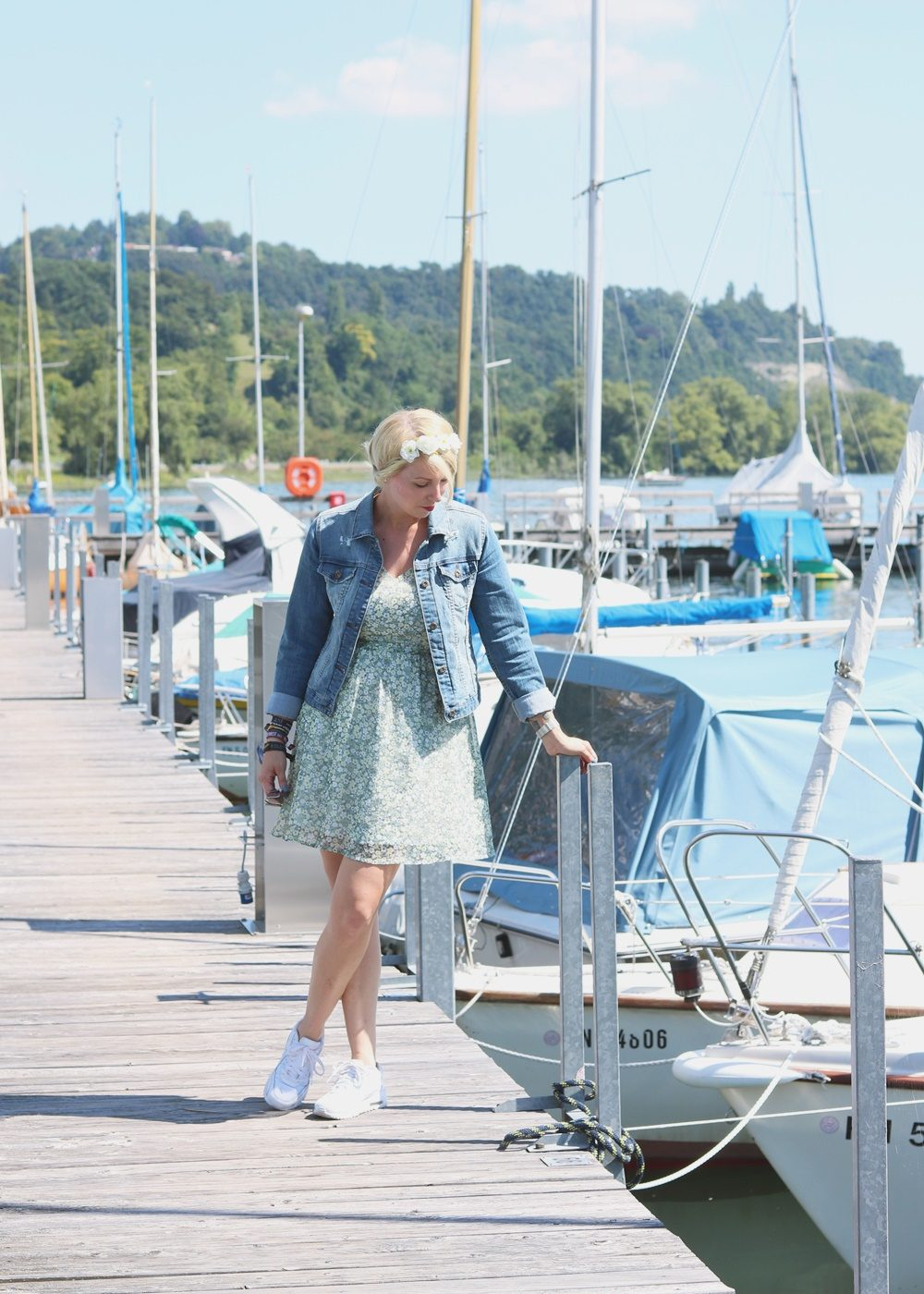 Fashionblogger Outfit Bodensee Blümchenkleid Jeansjacke Nike Air Max Sonnenbrille Gerry Weber (3)
