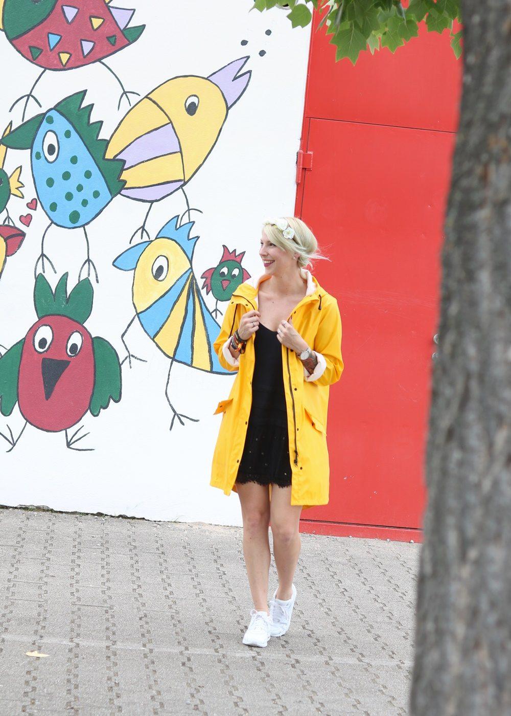 Fashionblogger Outfit Regenmantel gelb Vero Moda Kleid Mango Nike Air Max weiss (2)