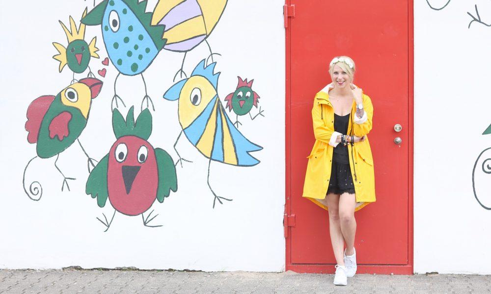 Fashionblogger Outfit Regenmantel gelb Vero Moda Kleid Mango Nike Air Max weiss (3)