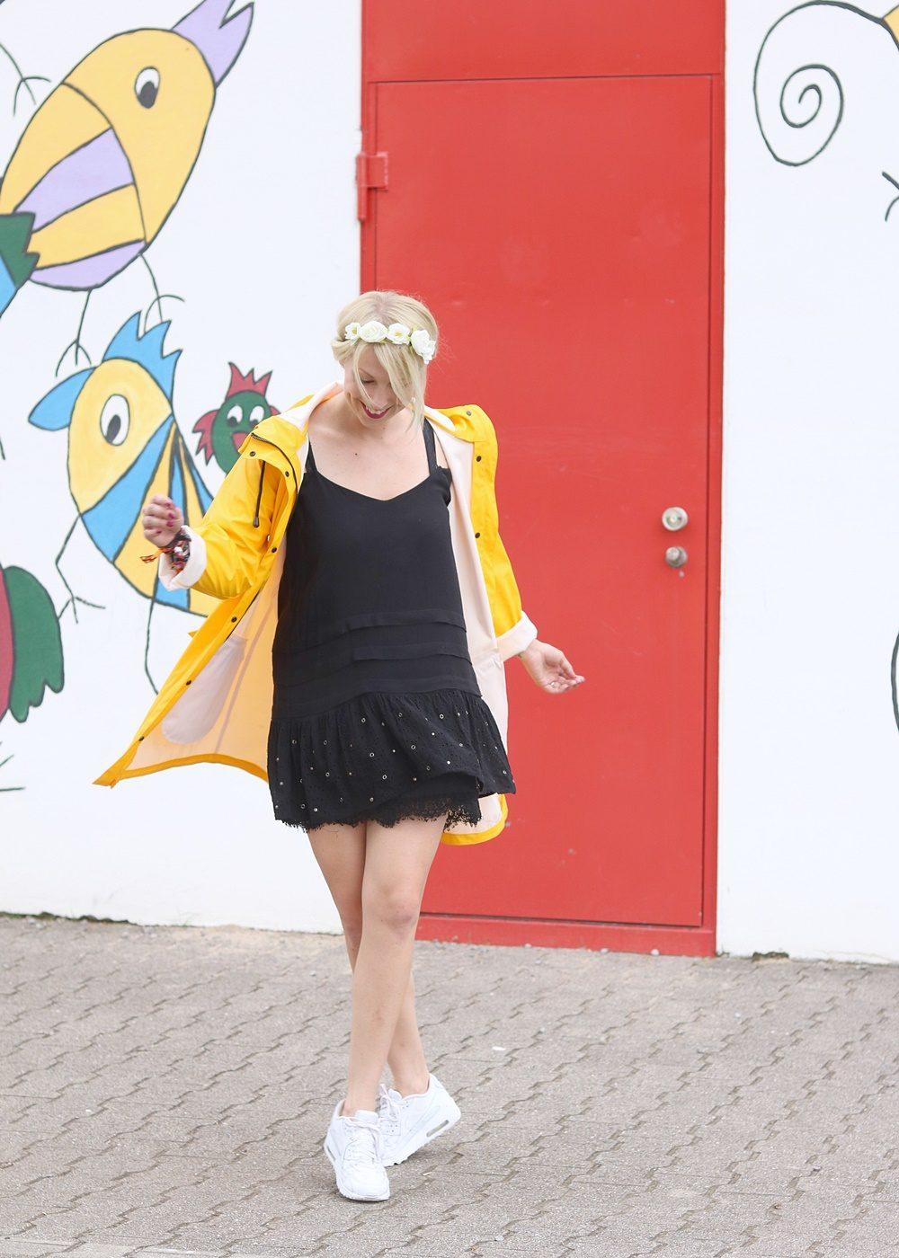 Fashionblogger Outfit Regenmantel gelb Vero Moda Kleid Mango Nike Air Max weiss (4)